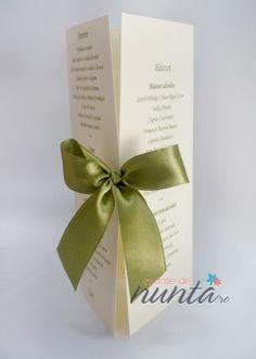 Meniu triunghiular crem cu funda satinata verde. Place Cards, Place Card Holders, Weddings, Green, Wedding, Marriage