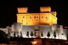 Piccolomini Castle by night. www.it Case, Roots, Louvre, Italy, Mansions, Night, Building, Travel, Mansion Houses