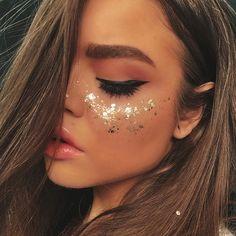 20 Make-up-Ideen für den Karneval, die es wert sind . - 20 ideias de maquiagens para o Carnaval que valem por uma fantasia – Fitness GYM 20 Make-up-Idee - Glitter Carnaval, Make Carnaval, Festival Make Up, Festival Looks, Glitter Face Makeup, Glitter In Hair, Halloween Makeup Glitter, Silver Makeup, Glitter Lips
