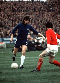 Chelsea 1 Man Utd 2 in Jan 1971 at Stamford Bridge. Alan Hudson takes on Tony Dunne in the Division clash. Retro Football, Chelsea Football, Vintage Football, Chelsea Fc, College Football, Man Utd Crest, European Soccer, Stamford Bridge, Just A Game