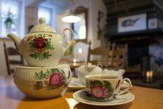 Ostfriesische Teestuben: Wo Kluntjes knistern und der Tee mit einer Rose gekrönt wird