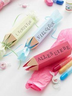 Kreative Verpackung– die tollsten Geschenke zum Schulanfang verstecken sich in einem gebastelten Geschenkstift bestempelt mit liebevollen Wünschen. ZUR ANLEITUNG >>>