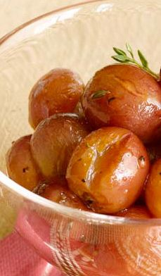 Roasted Red Grapes with Honey and Thyme are delicious as a simple appetizer with sliced cheese, as a side dish with chicken or turkey, or with angel food cake. Roasted Red Grapes with Honey and. Recipes Appetizers And Snacks, Fruit Recipes, Dessert Recipes, Healthy Recipes, Thyme Recipes, Easy Recipes, Desserts, Healthy Food, Healthy Side Dishes