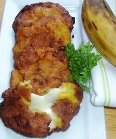 Colombian food: Aborrajados (Ripe Plantain Fritters) This delicious side dish or snack can be prepared in different ways. If you like, you can add some guava paste between the plantains to go along with the cheese. Banane Plantain, Ripe Plantain, Plantain Recipes, Banana Recipes, Comida Latina, Plantain Fritters, Comida Diy, Colombian Food, Colombian Recipes