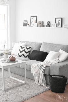 Buena idea la de colocar una balda encima del sofá para objetos decorativos