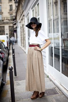 A classic and demure look, with an almost-side braid, to inspire your spring / summer 2010 wardrobe. Snapped during Paris fashion week by glamcanyon Maxis, Flowy Skirt, Dress Skirt, Skirt Belt, 70s Mode, Skirts With Boots, Full Skirts, Long Skirts, Outfits