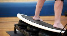 Der RipSurferX ist ein Fitnessgerät das sich in den USA gerade zu einem Trend entwickelt. Das Gerät erlaubt es unter anderem, verschiedenste Surf-Übungen auf dem Trockenen zu absolvieren. Mit dem trendigen Fitnessgerät aus den USA soll man in der Lage sein alle Muskelgruppen zu trainieren ähnlich, wie es beim Surfen auf dem Wasser der Fall ist. Übrigens muss man beim Surfen auf dem RipSurferX keine Angst vor Haien haben.