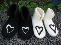 Kristines lille krok: Oppskrift på tova tøfler i Østlandsgarn, Vestlandsgarn, Safirgarn, Trysil Sportsgarn osv. Hobbies And Crafts, Diy And Crafts, Felted Slippers, Felt Hearts, Knit Patterns, Needle Felting, Mittens, Baby Shoes, Knitting