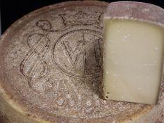 Alisia Victoria 4/5   Deze mooie kaas is afkomstig uit de Emmenthaler vallei, Zwitserland. De over- overgrootvader van deze kaasboer is ooit begonnen met de productie van de kaas. Na verloop van tijd nam de vraag naar kaas af en stopte de productie van de exclusievere kazen. In 2007 kwam er een verzoek van een hotel uit de omgeving genaamd Victoria hotel&spa om samen de kaas weer nieuw leven in te blazen. De huidige kaasboer ging aan de slag en na een aantal pogingen, lukte het de kaasboer…