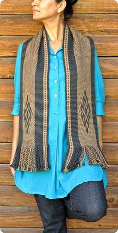 Bufanda de alpaca echarpe mantón unisex moda por TelaresNUEVOMUNDO Woven Scarves, Textiles, Alpaca Wool, Keep Warm, Slow Fashion, Brown And Grey, Hand Weaving, Unisex, Suits
