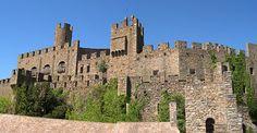 Castell de Requesens (Alt Empordà). Possiblement habitat per fantasmes. Reconstruit el 1899... i enrunat de nou pel pas del temps.