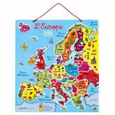 Avec ce beau puzzle en bois double-face, l'enfant va pouvoir découvrir la composition de l'Europe : il apprendra à reconstituer la carte des pays d'Europe, à mémoriser leurs particularités, leurs drapeaux ainsi que les reliefs européens. Un puzzle très éducatif !