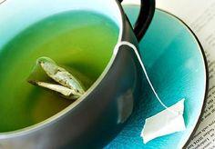 O chá (de várias plantas) é altamente recomendado por suas inúmeras propriedades medicinais. Quem nunca precisou tomar um chá de boldo para facilitar a digestão? Ou de camomila para acalmar?  Por isso, bolsinhas de chá estão presentes na maioria das casas. Mas essas bolsas normalmente, depois de usadas, têm um caminho: o cesto de lixo.  É que as pessoas pensam que os saquinhos só servem para fazer o chá. Mas eles servem para muito mais coisas. O fato é que as bolsinhas não devem ser jogadas…