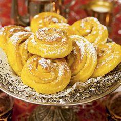 Saffran och vit choklad i sagolik förening. Extra lyxigt goda blir de toppade med pinjenötter och pudrade med florsocker – likt vinterns första nysnö.