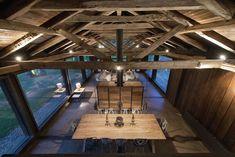 Intérieur où le bois brut et le sol en béton représentent un mariage réussi