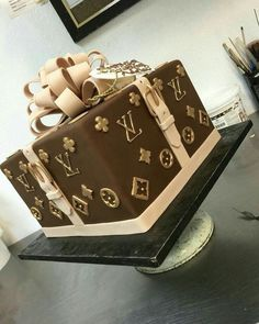Surprise me with this Louis Vuitton Cake, and then the purse for my birthday! Bolo Gucci, Bolo Chanel, Chanel Cake, Fancy Cakes, Cute Cakes, Crazy Cakes, Louis Vuitton Torte, Beautiful Cakes, Amazing Cakes