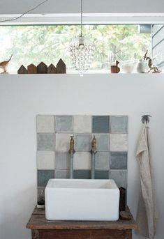 Mini Backsplashes Are A Budget Lover's Best Friend Small Vanity Sink, Small Bathroom Vanities, Tiny Bathrooms, Boho Bathroom, Vintage Bathrooms, Bathroom Trends, Modern Bathroom, Bathroom Ideas, Bathroom Cabinets