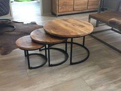 Industriële tafelset met drie tafels van gelakt hout op zwart frame, een echte ruimtewinner in elk interieur. Altijd extra bijzet-tafeltjes bij de hand? Bekijk onze tafelsets online...
