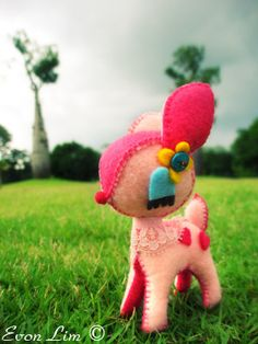 Handmade pink felt deer by Evon Lim aka vonvonz