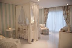 quarto de bebê provençal - uso de papel de parede, espelhos e molduras na parede, cama auxiliar, berço em madeira e luminária clássica.