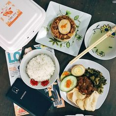 Woke up and received these delicious foods!! Nasi babi  Nasi tim ayam from @xiaozhu_solo ..thank you #porklovers #jajansolo #serafhinz #endorse #foodporn by serafhinz