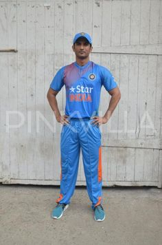 Sushant Singh Rajput has impressed everyone by replicating mannerisms and gestures of M. Dhoni for his upcoming film, M. Dhoni: The Untold Story. Handsome Actors, Cute Actors, Cricket Uniform, Ms Doni, Ms Dhoni Photos, Crush Pics, Indian Star, Sushant Singh, Indian Celebrities