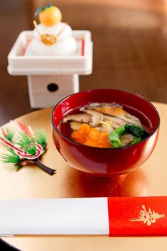 Oshogatsu is a Japanese holiday celebrated on the first of the year. Ozoni is the traditional dish. Ozoni is different depending on the region you are visiting! Japanese New Year Food, Japanese Soup, Japanese Dishes, Sushi, Pbs Food, New Year's Food, Bento, Japan Design, Japanese Cuisine