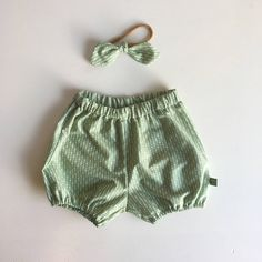 Green dots bloomer, baby shower, first birthday, baby girl outfit, diaper cove, nappy cover, ootd, headband by TheElsiCraft on Etsy https://www.etsy.com/no-en/listing/595535285/green-dots-bloomer-baby-shower-first