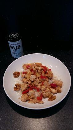 Cajun kip met paprika, walnoten met honing, ananas en cocos rijst. Bereidingstijd: 15min
