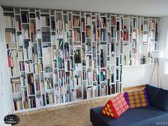 Dessin, conception 3D et réalisation de cette bibliothèque couvrant entièrement deux murs d'une pièce. Avec un principe de tablettes à positionnement décalé (la moitié d'entre elles sont fixes, les autres sont mobiles), placées entre des montants ayant différents écartements, cette bibliothèque apporte un effet visuel dynamique et graphique à la pièce.