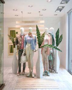 Boutique Interior, Showroom Interior Design, Boutique Design, Retail Interior, Fashion Window Display, Window Display Retail, Window Display Design, Denim Display, Visual Merchandising Fashion