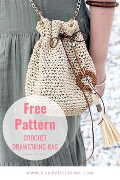 Drawstring Bag Crochet Pattern Make a really easy raffia drawstring bag with this beginner-friendly free crochet pattern. This drawstring bag crochet pattern will go with all of your summer outfits! Crochet Simple, Free Crochet Bag, Crochet Purse Patterns, Crochet Market Bag, Crochet Gratis, Crochet Baby, Knit Crochet, Bag Patterns, Knitting Patterns