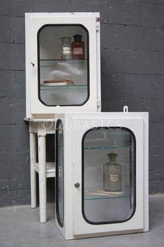 Wandkastje 80090 - IJzeren medicijnkastje voor aan de wand. Met een zwarte rubberen rand om het glas. Het vitrinekastje heeft aan de binnenzijde twee glazen platen. Elk kastje is uniek en verschiltdaarom iets qua doorleefde uitstraling. Ook het slotje is bij elk kastje anders.