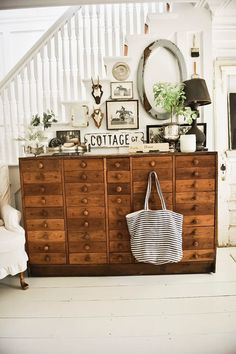 Liz Marie has redesigned her farmhouse entryway again. The look is a mixture of unique vintage finds, check out how it turned out. Country Style Homes, Cottage Style, Farmhouse Style, Farmhouse Decor, Farmhouse Buffet, Cottage Farmhouse, Cottage Design, French Farmhouse, French Country