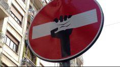 Artistas de rua transformam sinais de trânsito em pequenas obras de arte urbanas. Foto: Marcelo Crescenti