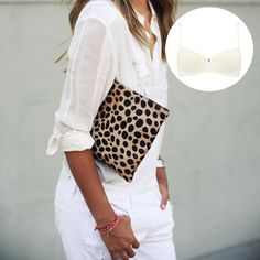 That leopard print gives your pure white outfit that extra touch of sexiness!