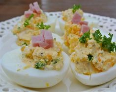 Gevulde eieren met roomkaas en ham.