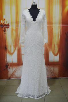 Deze prachtige kanten #bruidsjurk met lange mouwen en V hals heeft onze #bruid Nicole gedragen op haar #bruiloft