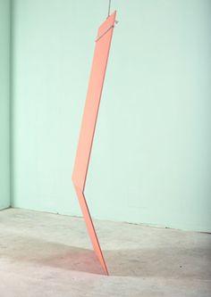 Fleur van Dodewaard, Nude Studies. Fleur van Dodewaard heeft onder andere gestudeerd aan de Gerrit Rietveld Academie, KABK in Den Haag en heeft een studie in theaterwetenschappen afgerond. Deze link tussen theater/ruimte en kunst laat zij hier goed zien door middel van sculpturen/installaties die zij vervolgens fotografeert. Ik vind de hoek waaronder dit werk is geschoten erg mooi. Het sculptuur lijkt los te komen van de ruimte.