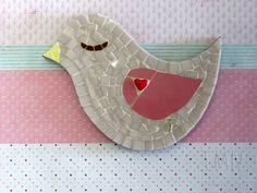 Quadro de Mosaico Passarinho Lily Rosa com coração. <br>Design exclusivo, feito pela mosaicista Tainah Neves. <br> <br>Mosaico feito à mão com Pastilhas de Vidro, Azulejo, Aplique importado de coração. <br> <br>PROMOÇÃO: Na compra do conjunto Mosaico Passarinho Nik Turquesa + Mosaico Passarinho Lily Rosa você ganha 10% de desconto no total da compra. <br>De 144 por 129 reais + frete. <br>O desconto é aplicado na conclusão da compra. <br> <br> <br> <br>Dimensões: 18 cm x 13 cm, espessura 1,3…