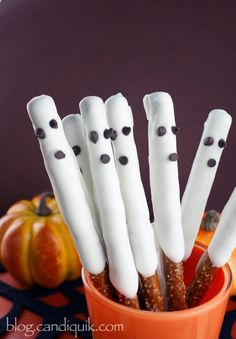Easy Chocolate Ghost Pretzels! Perfect for Halloween | @Melissa Squires Squires Henson CandiQuik