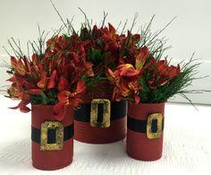 Você vai precisar dos seguintes materiais para fazer sua lata natalina: - Latas de diversos tamanhos - Primer para metais - Tinta vermelha - Fita de cetim preta - Cola quente - Cola colorida dourada