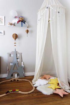 Ideas para cuartos infantiles de Living Febrero: un rincón armado con géneros y almohadones genera situaciones espaciales nuevas en la habitación.