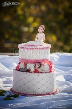 http://www.lemienozze.it/gallerie/torte-nuziali-foto/img32651.html Torta nuziale con simpatici cake topper raffiguranti gli sposi