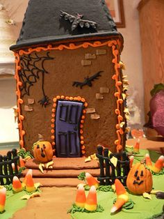 Google Image Result for http://www.gingerbread-house-heaven.com/image-files/edibleart-halloweenhouse.jpg