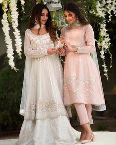 Indian dresses idea Source by tavneett ideas indian Dress Indian Style, Indian Fashion Dresses, Indian Designer Outfits, Indian Outfits, Fashion Outfits, 70s Fashion, French Fashion, Fashion Tips, Pakistani Fashion Party Wear