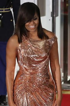 michelle obama flotus) slays in an Atelier Versace rose gold, floor length gown at the final State Dinner. Beautiful Black Women, Beautiful People, Barak And Michelle Obama, Barack Obama Family, Malia And Sasha, Michelle Obama Fashion, American First Ladies, Estilo Fashion, Atelier Versace