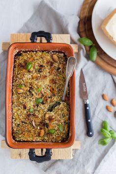 Lo sformato di fagiolini con mandorle e ricotta, un contorno estivo che diventa un piatto unico senza glutine, da servire con un'insalata di pomodori e cetrioli.