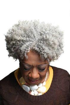 Há alguns meses, eu encontrei meu primeiro fio de cabelo branco e, confesso, não foi uma experiência que passou desapercebida na história dessa juba.