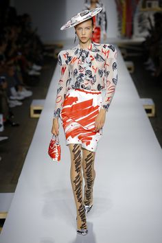 Moschino Spring 2019 Ready-to-Wear Fashion Show Collection: See the complete Moschino Spring 2019 Ready-to-Wear collection. Look 13 Summer Fashion Trends, Fashion 101, Vogue Fashion, Fashion Week, Latest Fashion Trends, Runway Fashion, High Fashion, Fashion Looks, Milan Fashion